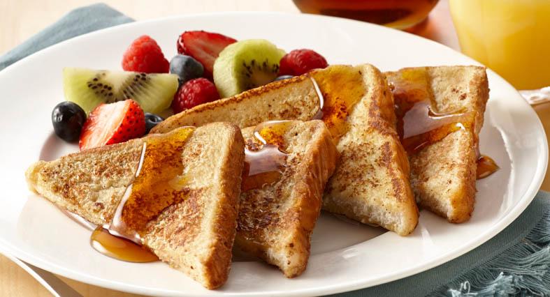 Tostadas francesas con fruta cortada